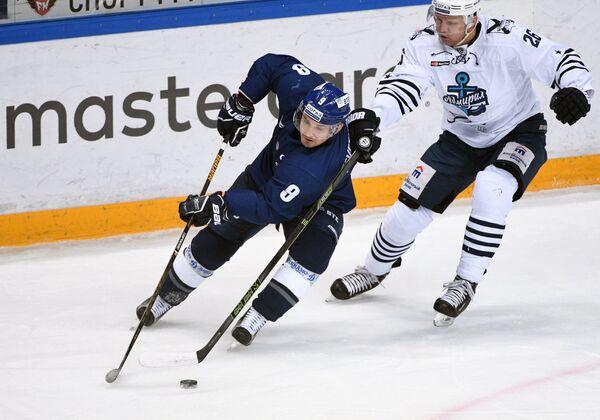 Форвард Динамо Алексей Цветков (слева) и защитник Адмирала Андрей Конев