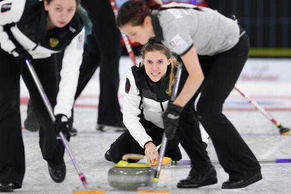 Скип женской юниорской сборной России по керлингу Мария Бакшеева (в центре)