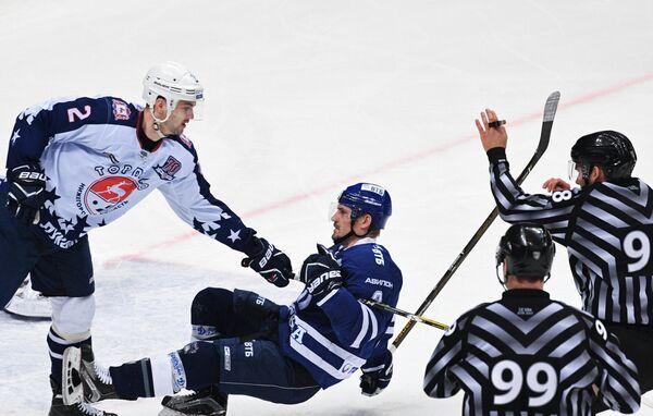 Защитник ХК Торпедо Станислав Егоршев и нападающий ХК Динамо Алексей Цветков (слева направо)