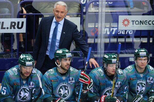 Главный тренер Ак Барса Зинэтула Билялетдинов (на втором плане) и хоккеисты клуба