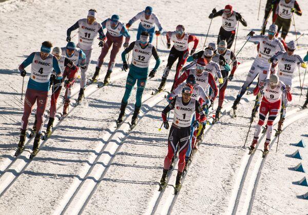 Лыжники на дистанции скиатлона