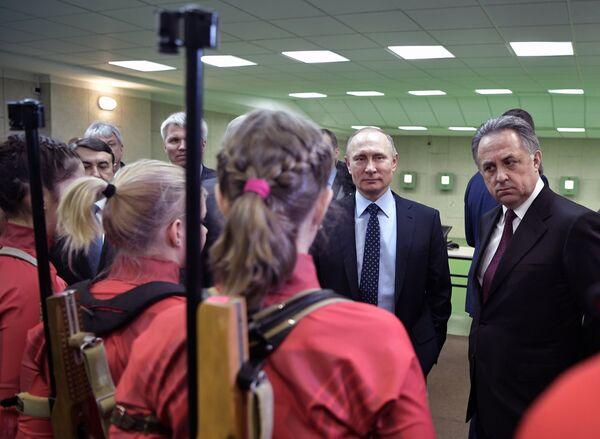Виталий Мутко и Владимир Путин (справа налево на втором плане)