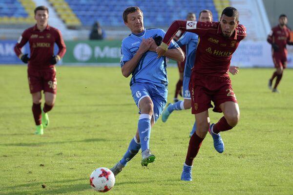Нападающий ФК Рубин Жонатас (справа) и защитник ФК Сибирь Евгений Качан