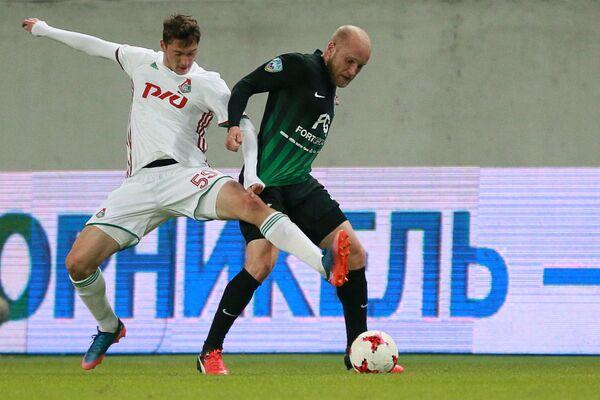 Хавбек Локомотива Алексей Миранчук (слева) и полузащитник Тосно Григорий Чиркин