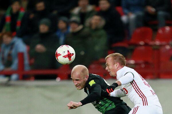 Хавбек Тосно Григорий Чиркин (слева) и защитник Локомотива Ренат Янбаев