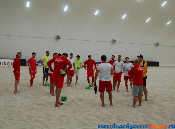 Игроки пляжного футбольного клуба Спартак на тренировке
