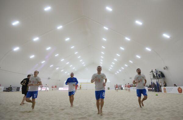 Игроки сборной России по пляжному футболу Алексей Макаров, Илья Леонов, Юрий Горчинский (справа налево)
