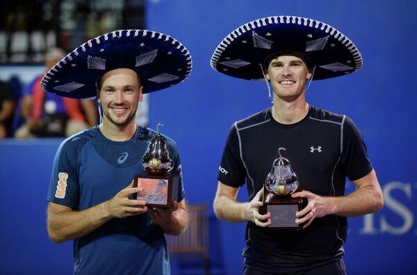 Джейми Маррей (справа) и Бруно Соарес после победы на теннисном турнире в Акапулько