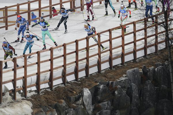 Спортсмены на дистанции эстафеты среди мужчин на седьмом этапе Кубка мира по биатлону сезона 2016/17 в корейском Пхенчхане