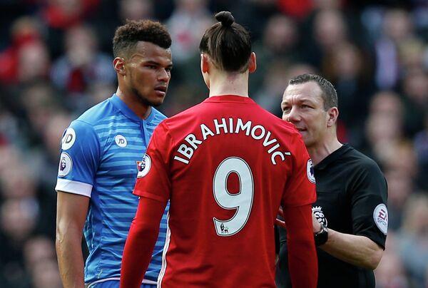 Защитник Борнмута Тайрон Мингс и форвард Манчестер Юнайтед Златан Ибрагимович (слева направо)