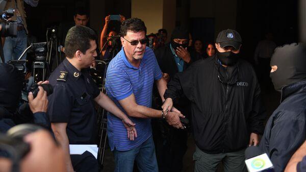 Бывший президент Федерации футбола Сальвадора (FESFUT) Рейналдо Васкес (в очках)