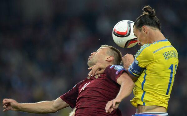 Защитник сборной России Василий Березуцкий (слева) и нападающий сборной Швеции Златан Ибрагимович