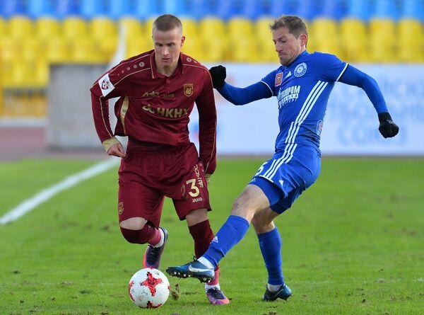 Защитник Рубина Мориц Бауэр (слева) и полузащитник Оренбурга Максим Григорьев