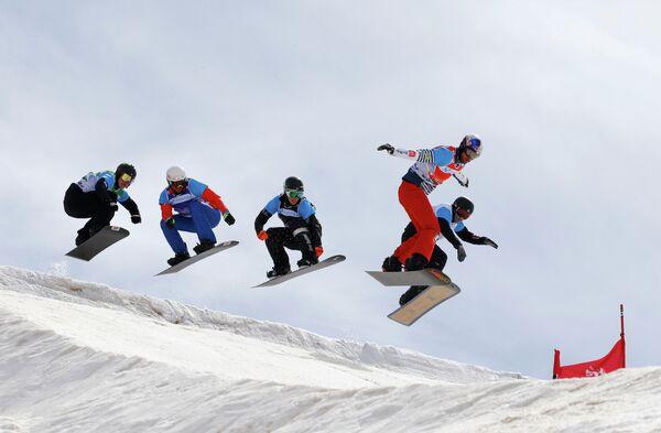 Французский сноубордист Пьер Вольтье (второй справа)