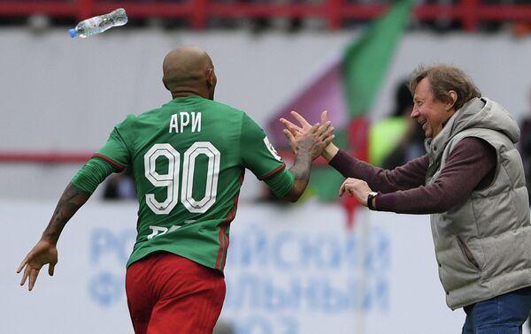 Нападающий Локомотива Ари (слева) и главный тренер Локомотива Юрий Семин
