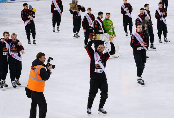 Игроки ХК СКА-Нефтяник, ставшие победителями чемпионата России по хоккею с мячом