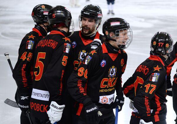 Игроки ХК СКА-Нефтяник радуются забитому мячу