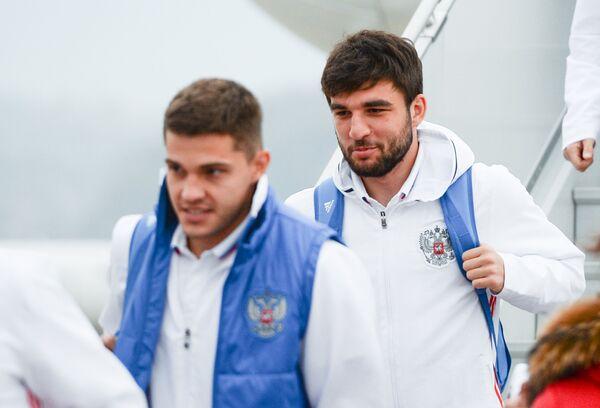 Футболисты сборной России Роман Зобнин (слева) и Георгий Джикия
