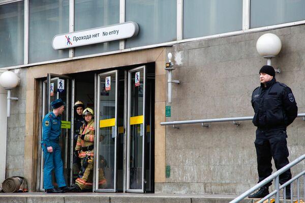Сотрудники службы спасения МЧС РФ у станции метро Сенная площадь в Санкт-Петербурге