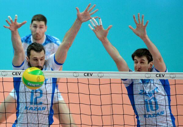 Связующий ВК Зенит-Казань Александр Бутько (слева) и блокирующий Артём Вольвич