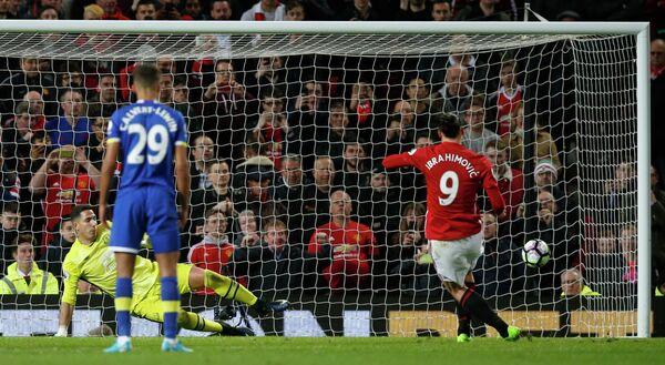 Нападающий английского Манчестер Юнайтед Златан Ибрагимович (справа)
