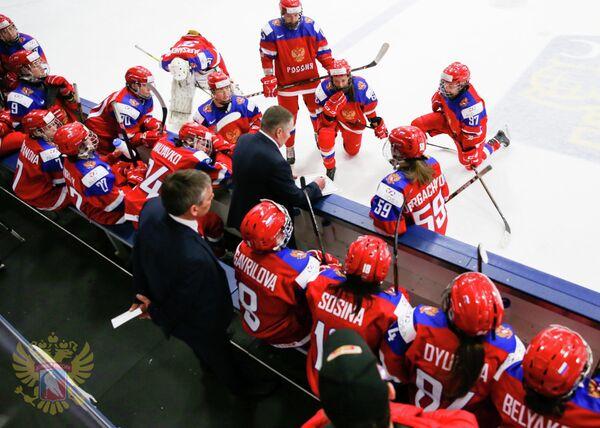 Главный тренер женской сборной России Алексей Чистяков (в центре) дает указания хоккеисткам