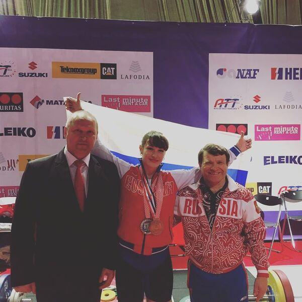 Мария Вострикова (в центре)