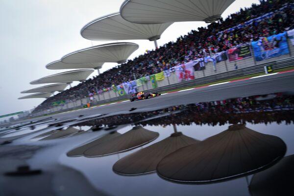 Пилот Ред Булл Макс Ферстаппен на дистанции Гран-при Китая