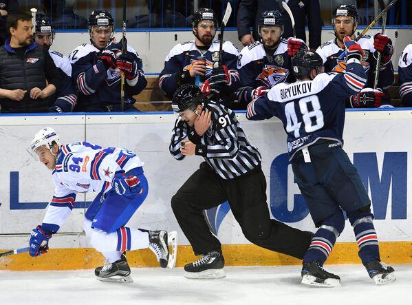 Нападающий СКА Александр Барабанов (слева) и защитник Металлурга Евгений Бирюков (справа)