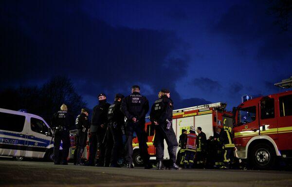 Полицейские на месте взрыва около автобуса дортмундской Боруссии
