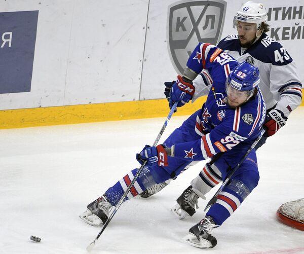 Нападающий СКА Александр Дергачёв (слева) и форвард Металлурга Ян Коварж