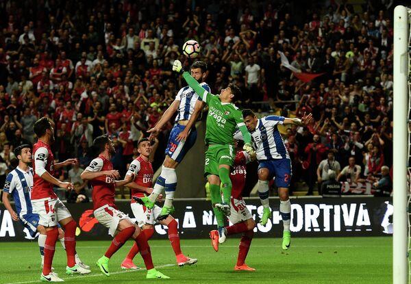 Игровой момент матча чемпионата Португалии по футболу между Брагой и Порту