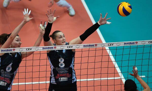 Волейболистки казанского Динамо блокирующая Ирина Заряжко (слева) и доигровщица Ирина Воронкова (в центре)