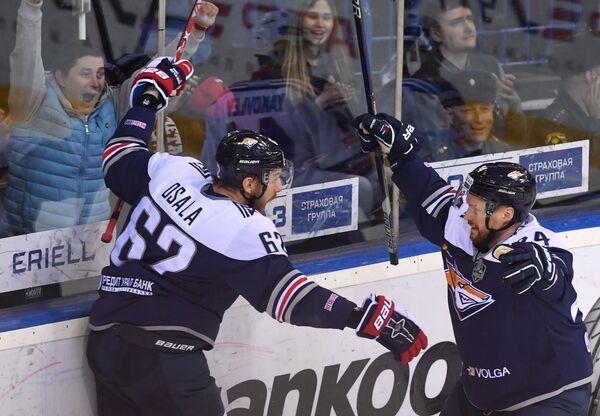 Хоккеисты Металлурга Томми Сантала (справа) и Оскар Осала радуются заброшенной шайбе