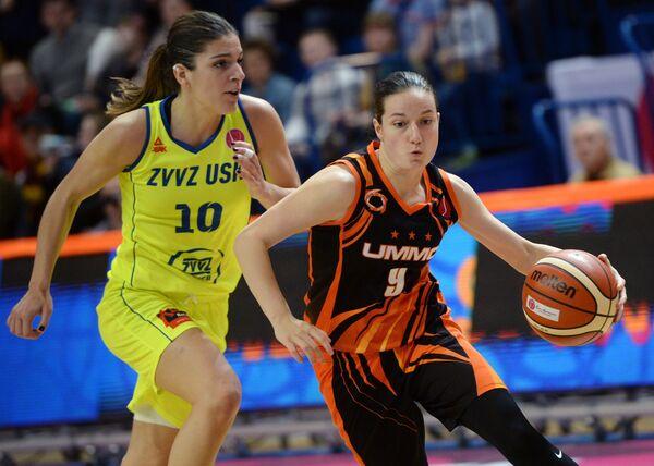 Игрок УСК Марта Шаргай (слева) и игрок УГМК Ника Барич