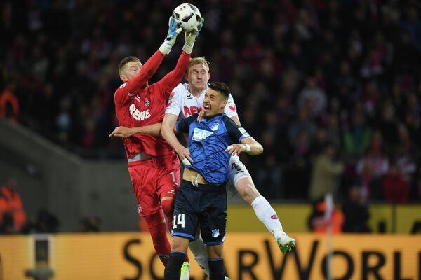 Игровой момент матча чемпионата Германии по футболу между Кельном и Хоффенхаймом