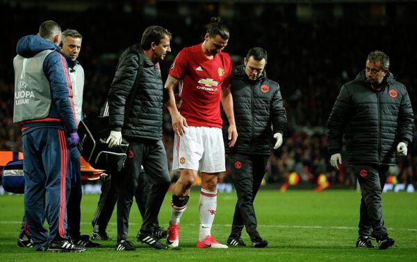 Форвард Манчестер Юнайтед Златан Ибрагимович (в центре), получивший травму колена