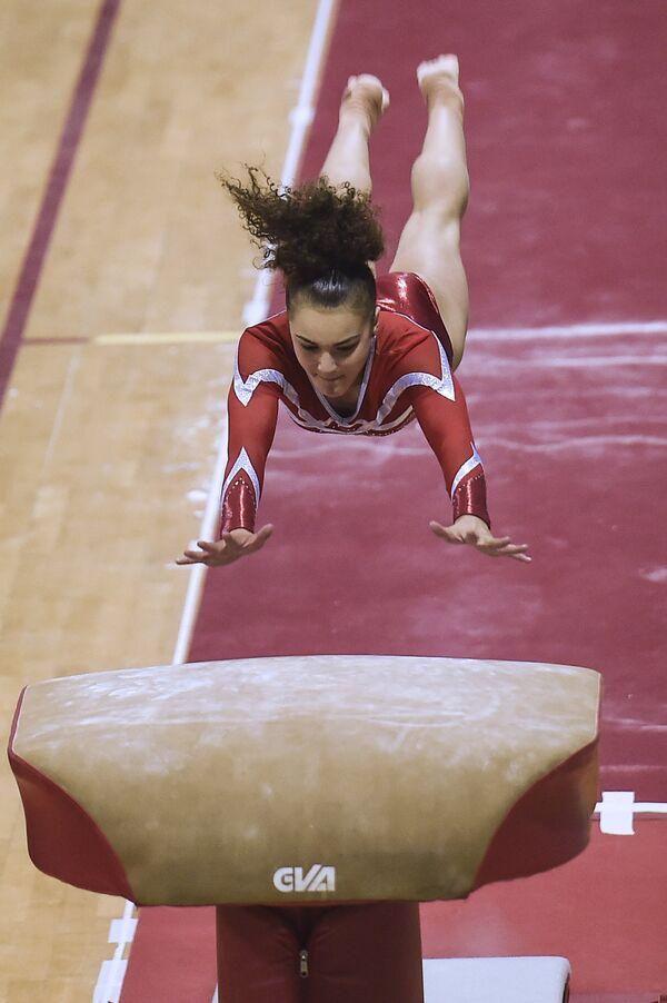 Французская гимнастка Колин Девиллар