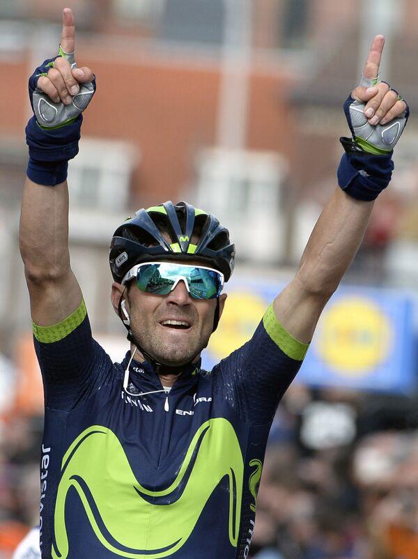 Испанский велогонщик Алехандро Вальверде из команды Movistar
