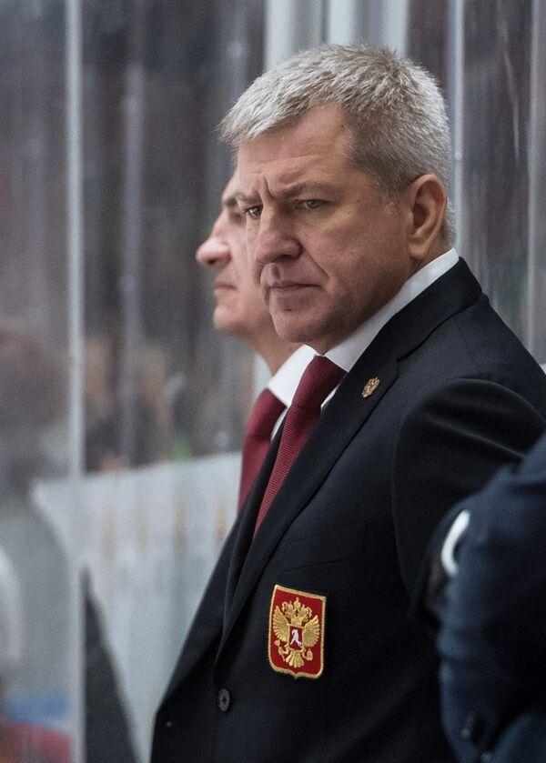 Тренер сборной России Олег Браташ (справа)
