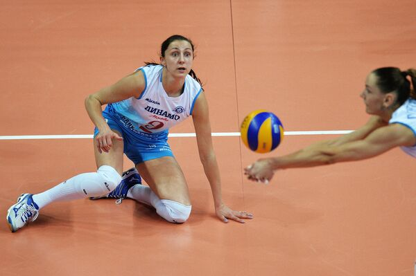 Связующая ЖВК Динамо (Москва) Вера Ветрова (слева)