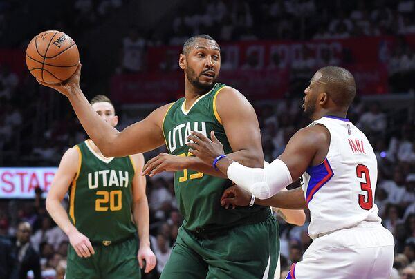 Защитник клуба НБА Лос-Анджелес Клипперс Крис Пол и центровой Юты Джаз Борис Диао (справа налево)