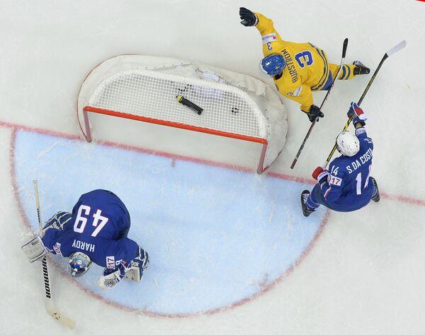 Защитник сборной Швеции Никлас Бурстем (вверху)