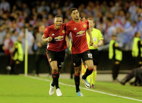 Футболисты Манчестер Юнайтед Антонио Валенсия (слева) и Маркус Рэшфорд