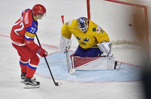 Форвард сборной России Артемий Панарин (слева) и вратарь сборной Швеции Виктор Фаст