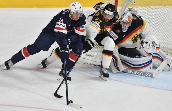 Форвард сборной США Ник Бьюгстад, нападающий сборной Германии Деннис Зайденберг и вратарь сборной Германии Томас Грайсс (слева направо)