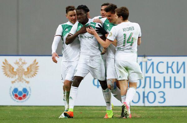 Нападающий ФК Терек Аблайе Мбенге (в центре)