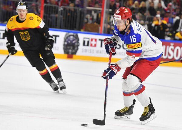 Форвард сборной России Сергей Плотников (справа)