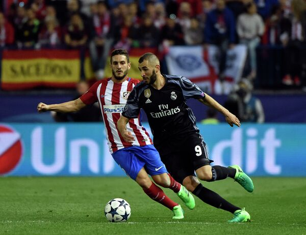 Нападающий Реала Карим Бензема (справа) и полузащитник Атлетико Коке