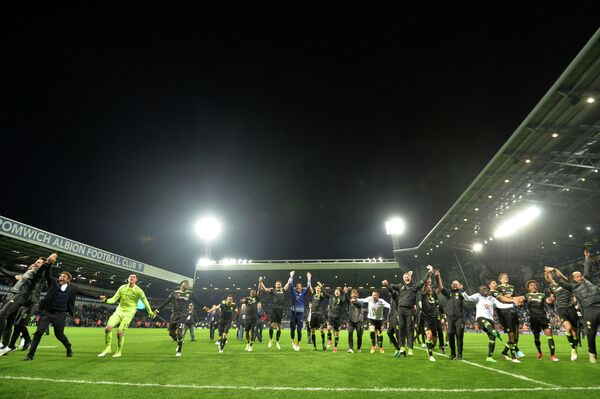 Футболисты Челси радуются победе в английской премьер-лиге сезона-2016/17